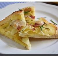 Smetanová pizza s brambory a slaninou