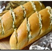 Rozpékané bagetky s bylinkovým máslem