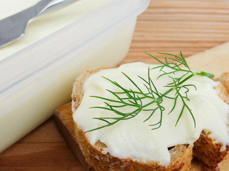 """Domácí """"tavený sýr"""" (se syrečky)"""